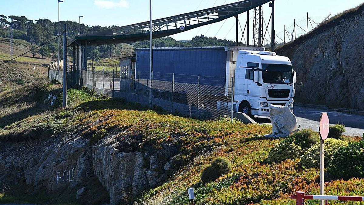 Un camión traslada rechazos desde Nostián a un vertedero privado.     // CARLOS PARDELLAS