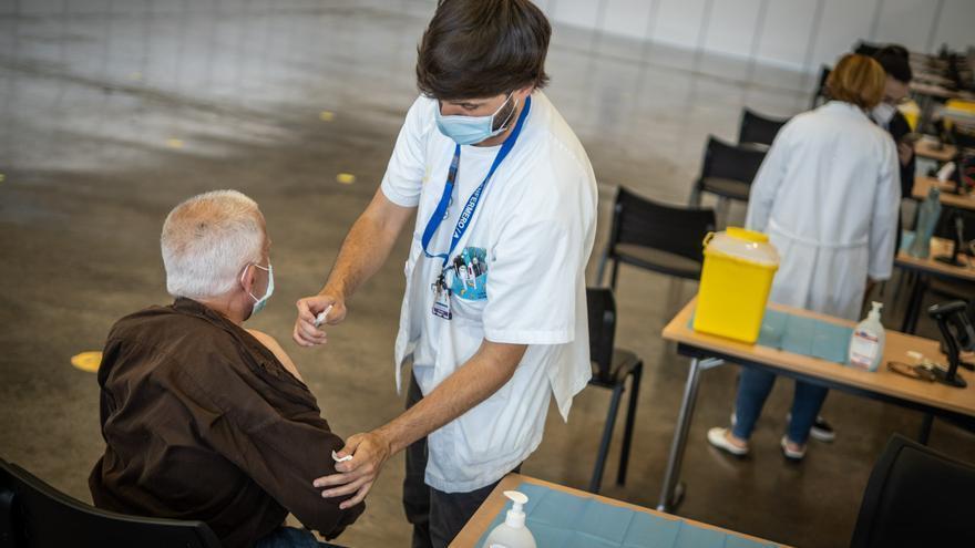 Canarias baja del centenar de nuevos casos por primera vez en tres meses