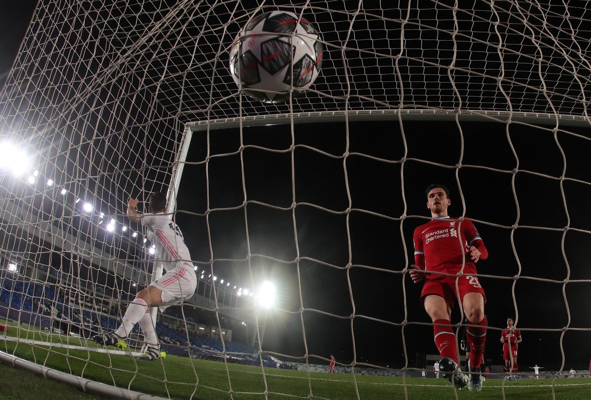 El centrocampista del Real Madrid Marco Asensio anota ante el Liverpool durante el partido de cuartos de final de Liga de Campeones. EFE