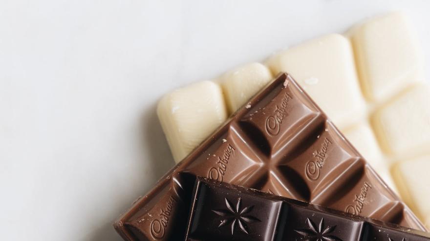 Retiran un popular chocolate de los supermercados y piden no consumirlo