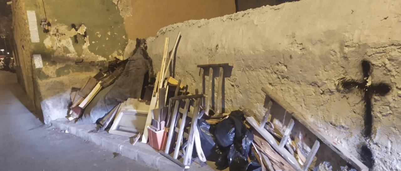 Trastos tirados a lo largo de la calle Real de San Juan