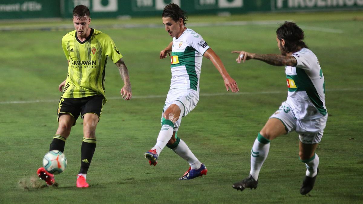 Vigaray, ante Pere Milla en el partido del playoff de ascenso ante el Elche.