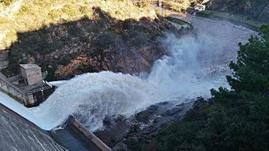 Desembassen el pantà per millorar la qualitat del riu