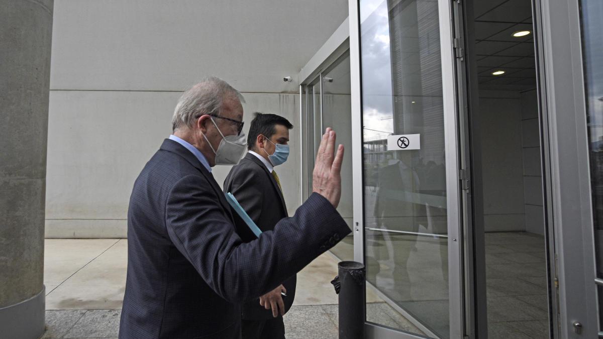 Valcárcel escogió no responder ninguna pregunta de la acusación popular