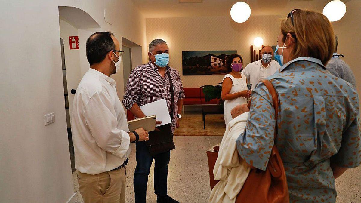 Ricardo de Dios, segundo por la derecha, momentos antes de comenzar la reunión del Patronato del Hospital de Avilés.