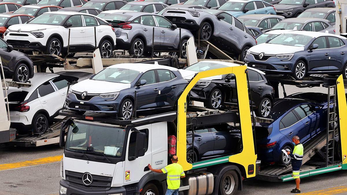 Un camión descarga modelos de Renault en Bouzas.