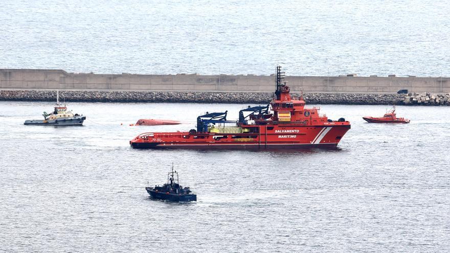 Remolcan hasta El Musel el barco que unos narcos intentaron hundir en Ribadeo