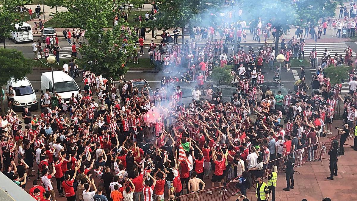 La afición del Logroñés acudió ayer en masa a animar a su equipo a Las Gaunas. / UDL