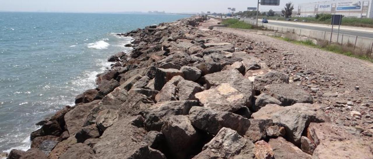 Franja litoral, sin arena y solo rocas, a la altura de Albuixech.  | L-EMV