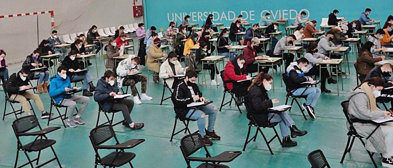 Un examen, la pasada semana, en el polideportivo de la Universidad de Oviedo. | Miki López