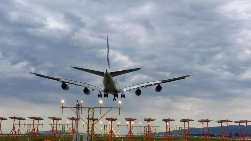 Les tempestes obliguen a cancel·lar una trentena de vols del Prat i provoquen retards