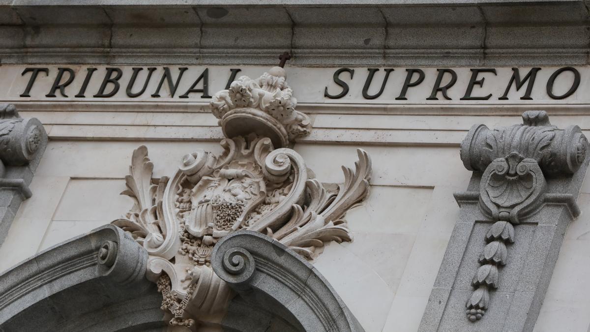 Archivo - Escudo de España en la fachada del edificio del Tribunal Supremo.