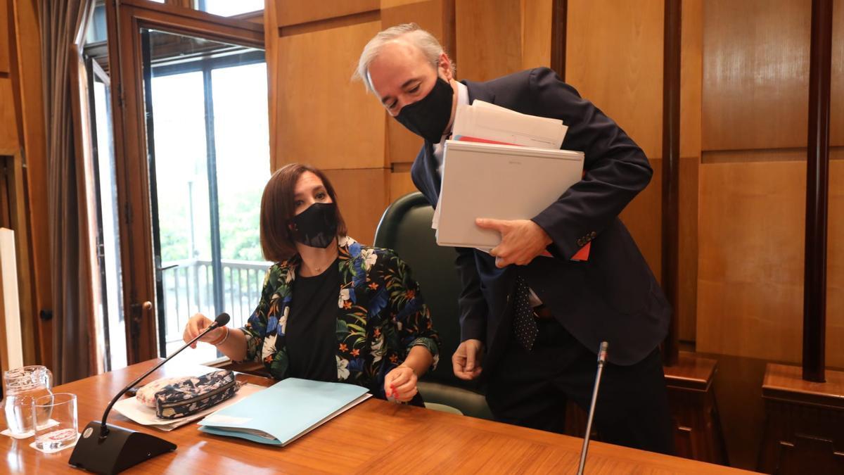 Sara Fernández y Jorge Azcón, antes de comenzar el pleno de esta viernes.