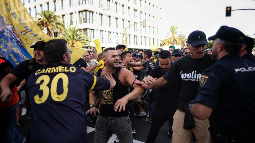 Derbi canario | Altercados con los aficionados de la UD Las Palmas en momentos previos al partido contra el CD Tenerife