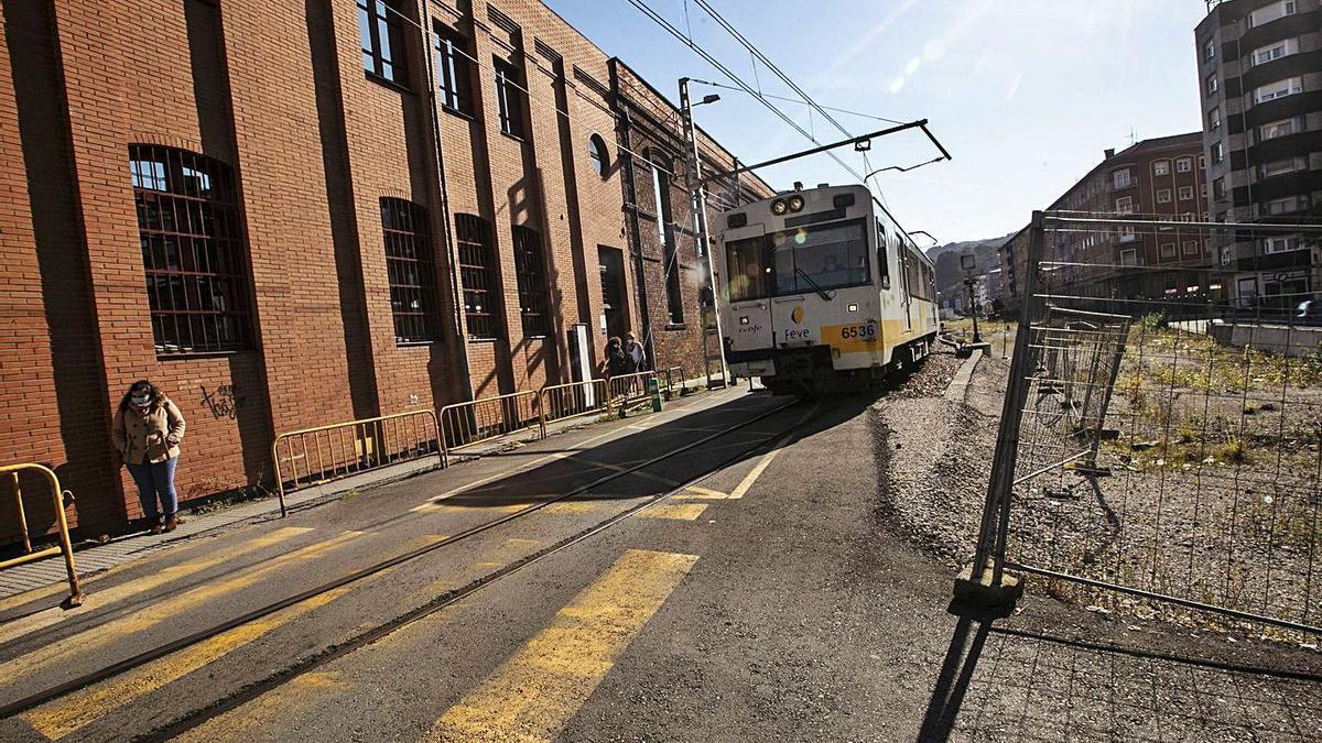 El tren circula hacia el barrio Urquijo de La Felguera. | Miki López