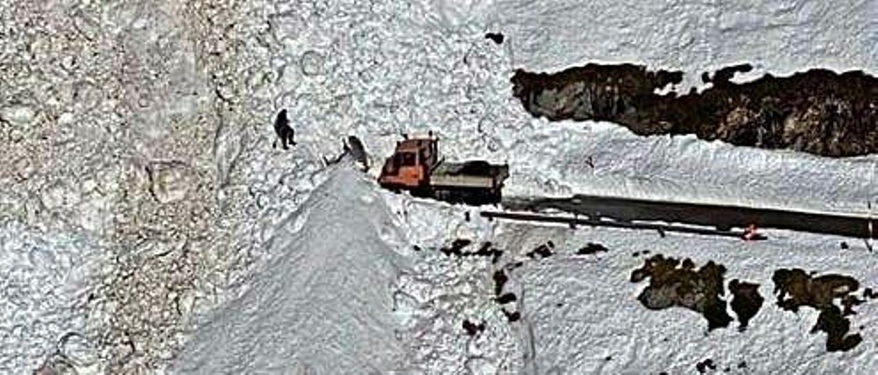 Detalle de la máquina que trabajó en la zona para intentar abrir camino. | Fotos cedidas por el Gobierno de Cantabria.