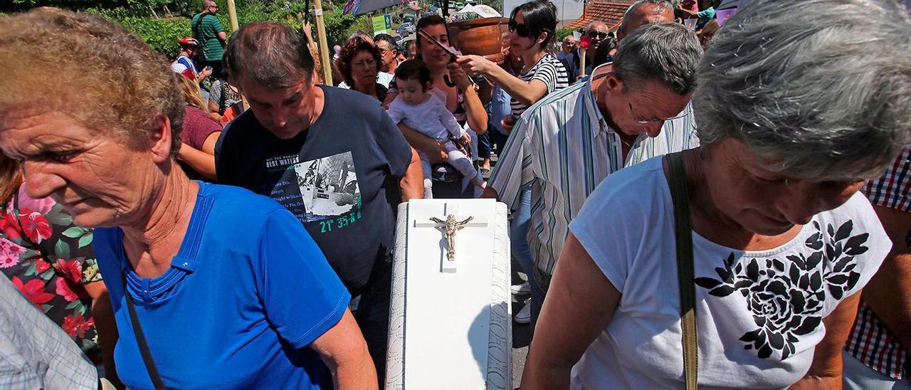 Un ataúd infantil ofrecido en la procesión en honor a Santa Marta de Ribarteme en As Neves, en 2016