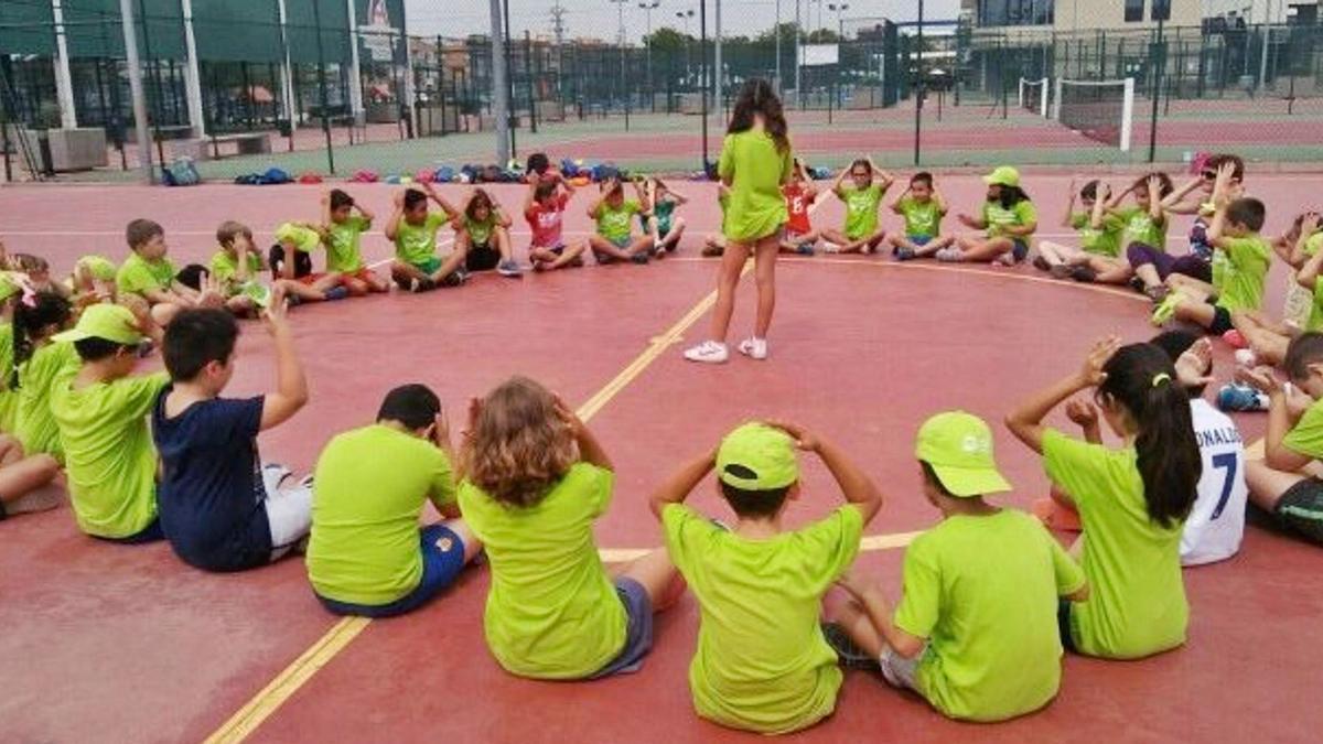 Una de las distintas actividades que oferta la Escuela Deportiva Municipal de Alfafar. | A. A.