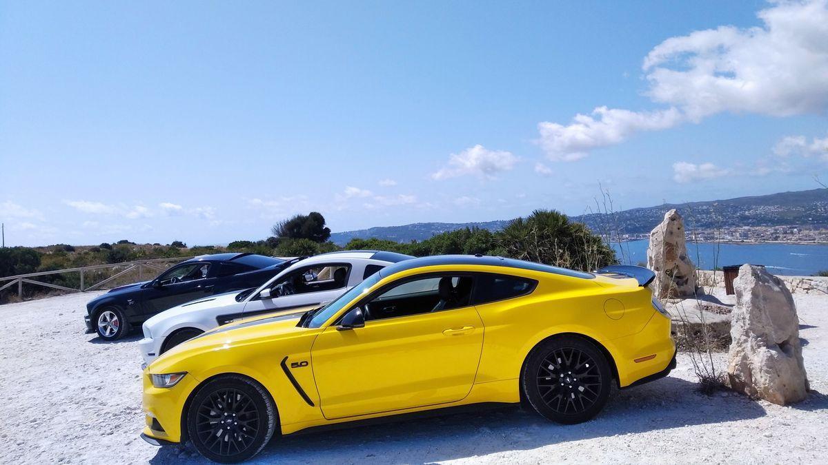 Los Ford Mustang alineados en el mirador del cabo de Sant Antoni de Xàbia
