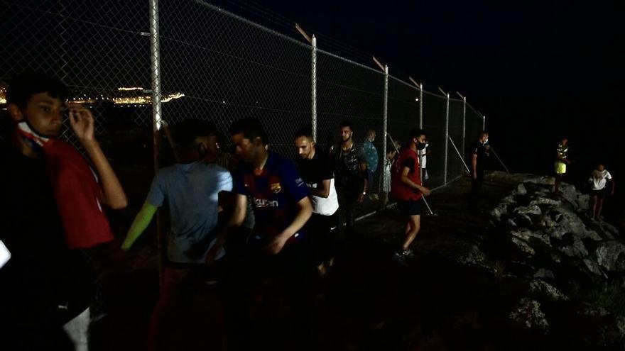 Cientos de marroquíes intentan saltar la valla de Melilla de madrugada