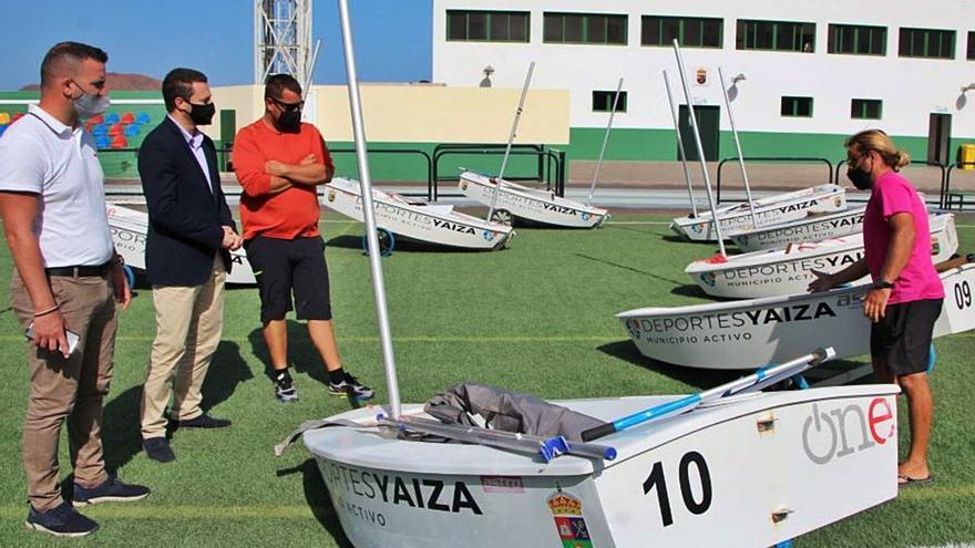 Yaiza entrega 10 barquillos para formar a los jóvenes en la vela ligera
