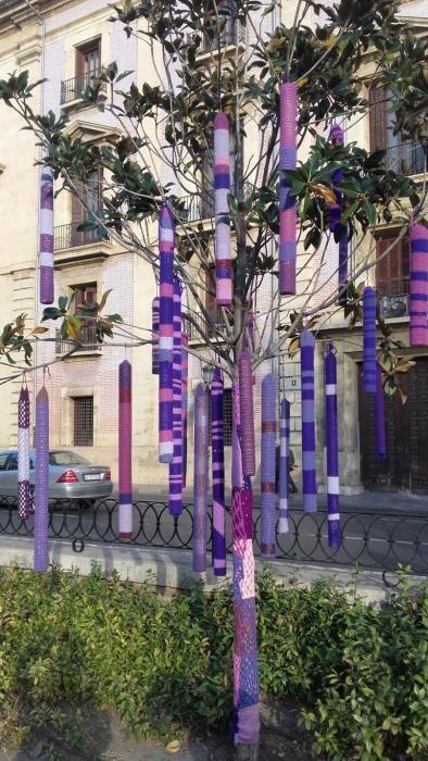 Los árboles y los bancos del Parterre decorados con lana