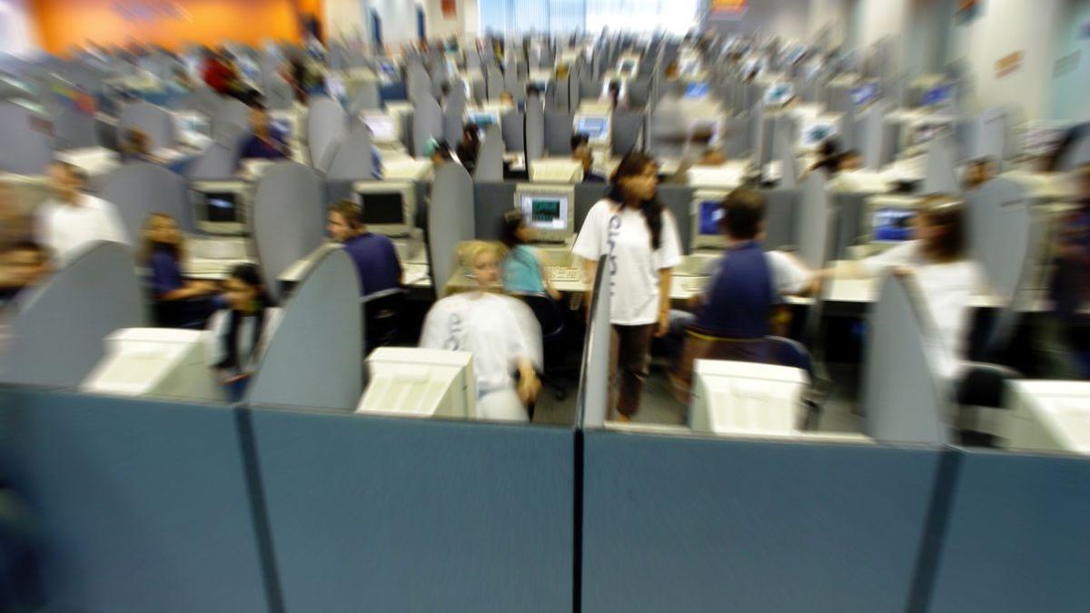 Un 'call center' de una empresa de reclamación de deudas en plena actividad.
