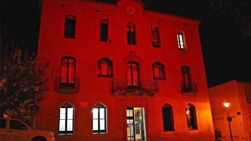 La façana de l'Ajuntament de Súria s'il·lumina de vermell per la sida