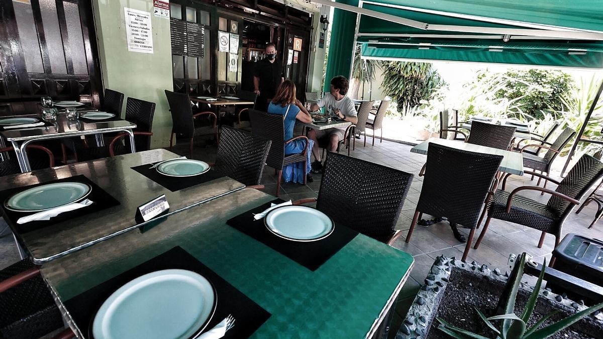 Dos personas comen este lunes en un restaurante de la capital tinerfeña.