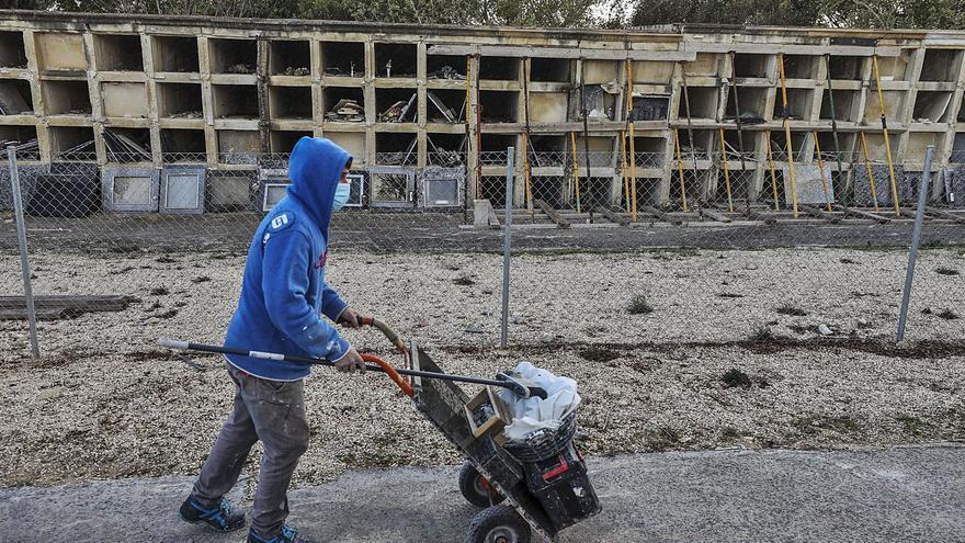 Elche traslada los restos de un centenar de nichos en ruina del Cementerio Viejo