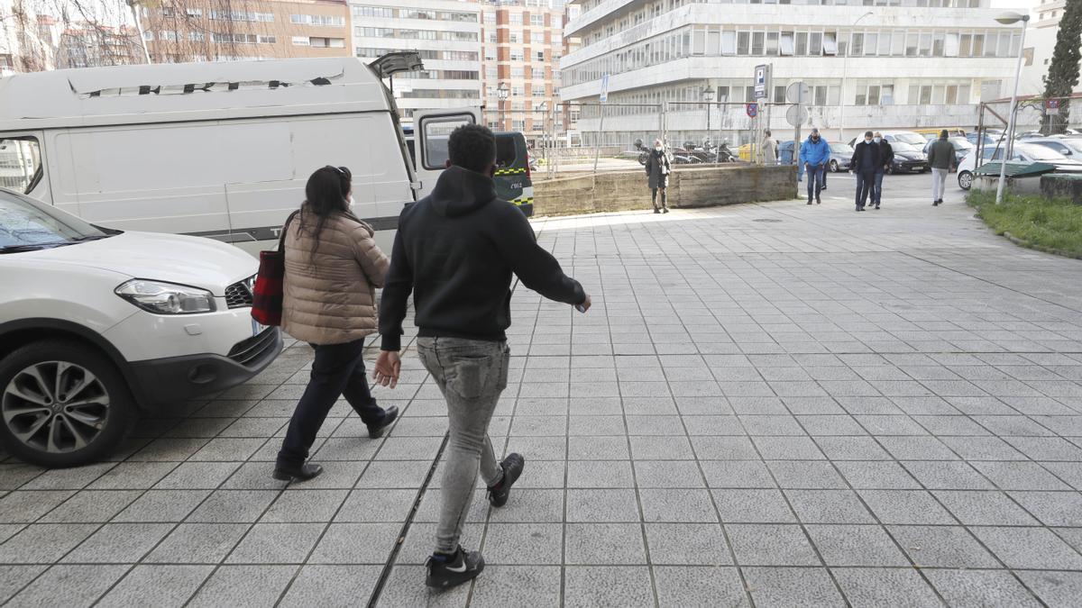 El acusado de conducir un falso patinete eléctrico, ayer, saliendo del juzgado en compañía de su abogada.