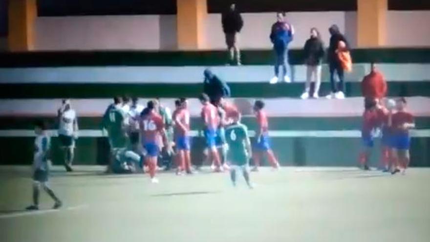 """Los graves insultos a una linier de 16 años en un partido de fútbol:  """"Como te pille fuera, te violo"""""""