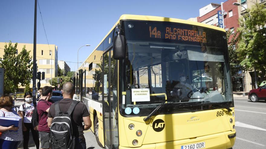 Los trabajadores de Latbus decidirán mañana si siguen en huelga