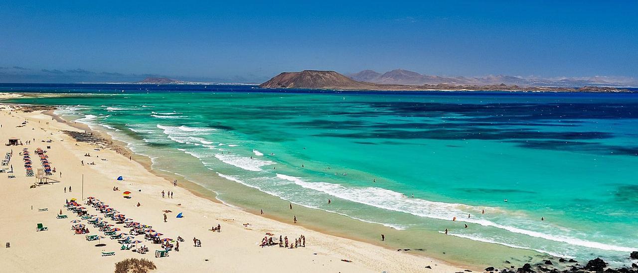 Playa de Corralejo, en Fuerteventura, isla que ha triplicado su población en veinte años. | SHUTTERSTOCK