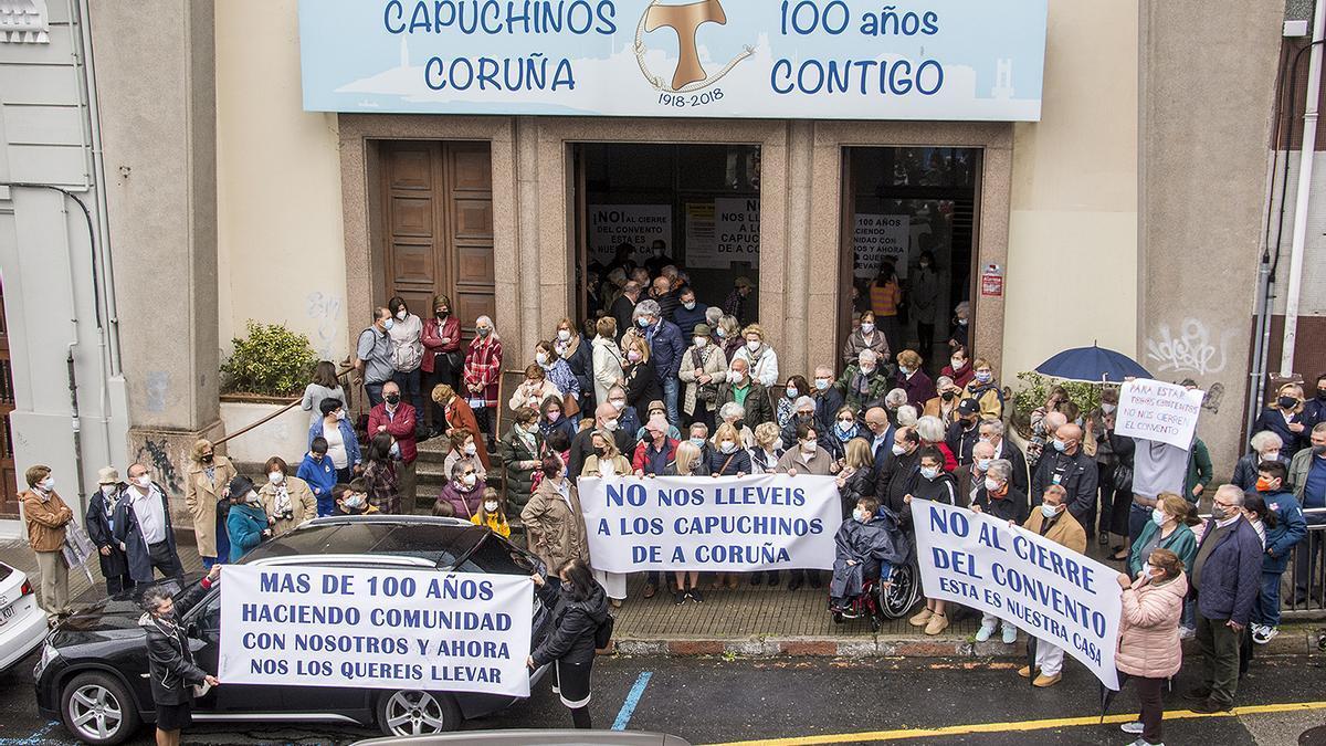 Manifestación, ayer, ante los Capuchinos