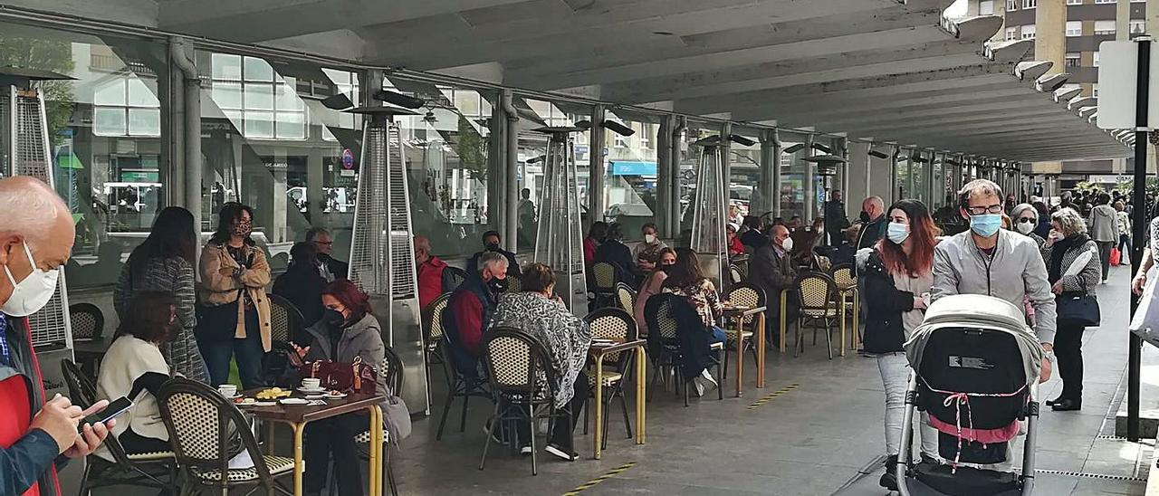 Terrazas de hostelería, en otro de los laterales exteriores del recinto poleso. | P. T.