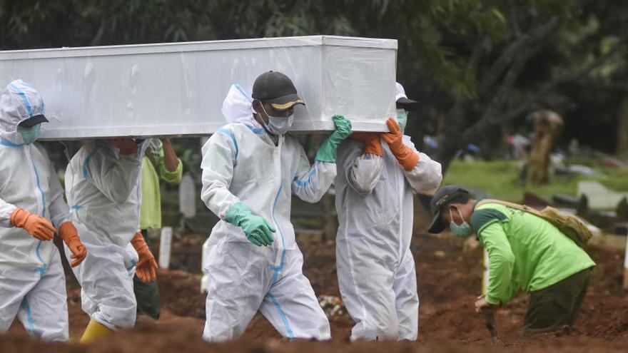 La pandemia rebasa ya los 2,1 millones de fallecidos y los 98 millones de contagios