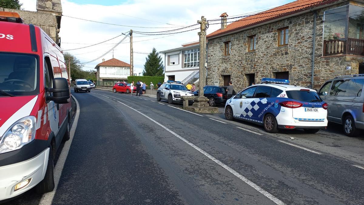Efectivos de emergencias y Policía Local en el lugar del atropello, junto al cruceiro de Pravio (Cambre).