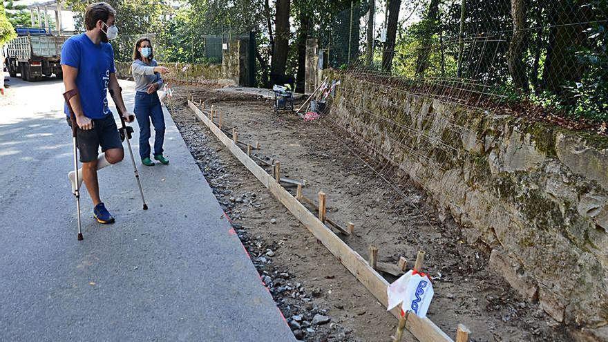 Propietarios de la finca de Castroviejo alertan de que el Camiño Real podría tirar su muro