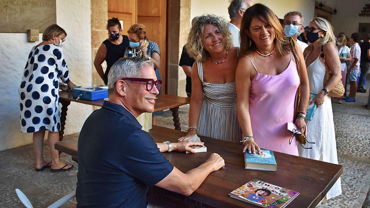 Boris Izaguirre firma ejemplares de sus libros en el claustro de Sant Domingo de Pollença. | CLUB POLLENÇA