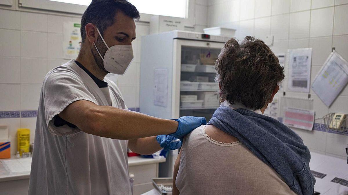 Una mujer recibe su vacuna contra el virus