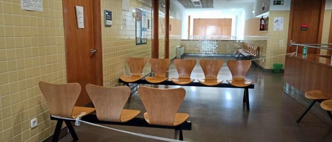 Zona de una consulta del centro de salud de Otero (Oviedo) acordonada por una sospecha de coronavirus.