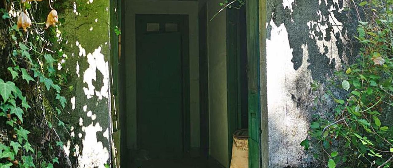 Entrada de una casa sin condiciones de habitabilidad donde  residen personas en Ponteareas. |   // P.S.