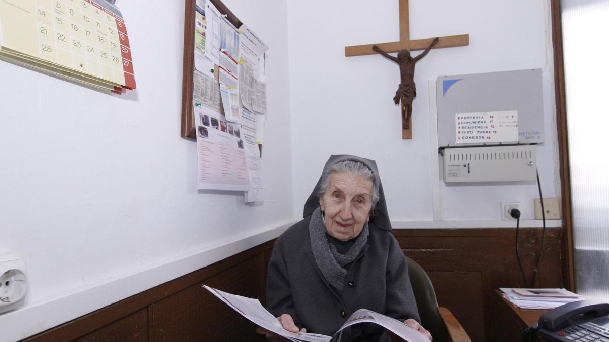 Sor Cari, en la portería de su congregación en Zamora.