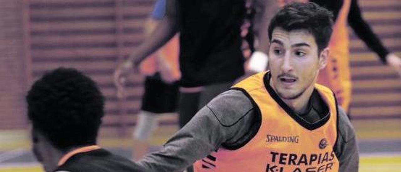 Alonso Meana trata de parar a Micah Speight, ayer, en el entrenamiento del Liberbank Oviedo Baloncesto en Pumarín. | Luisma Murias