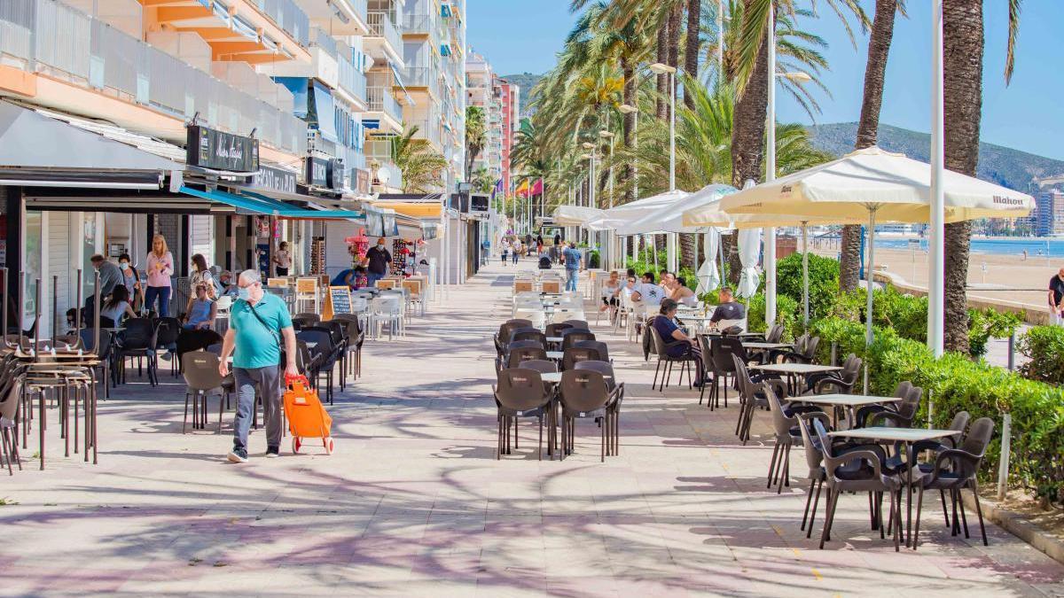 Actividad comercial en pleno paseo marítimo de Cullera.