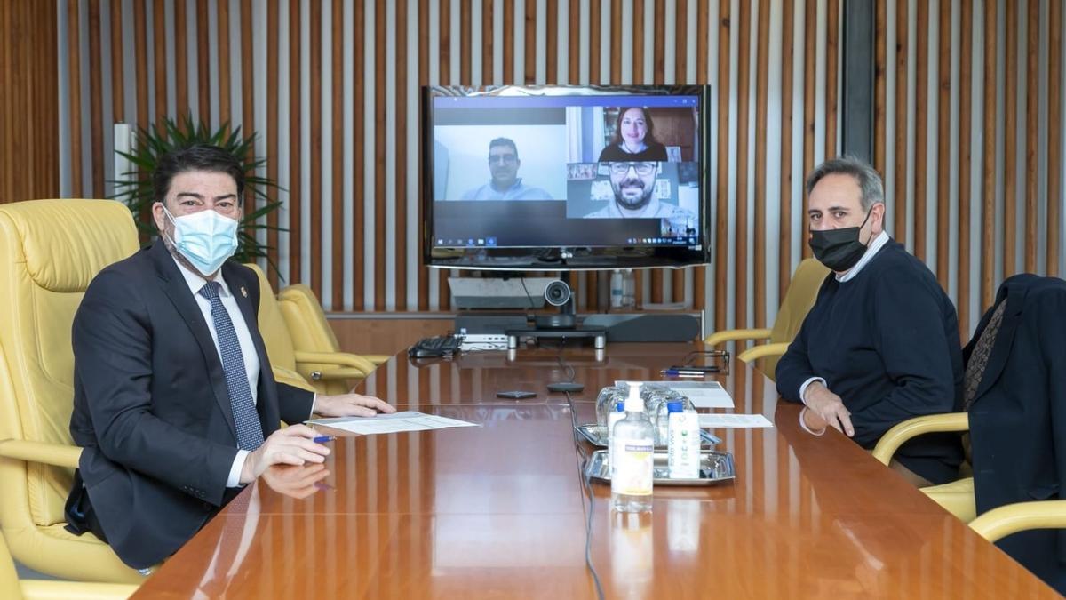 Un momento de la reunión telemática del alcalde y el edil de Fiestas con las Hogueras