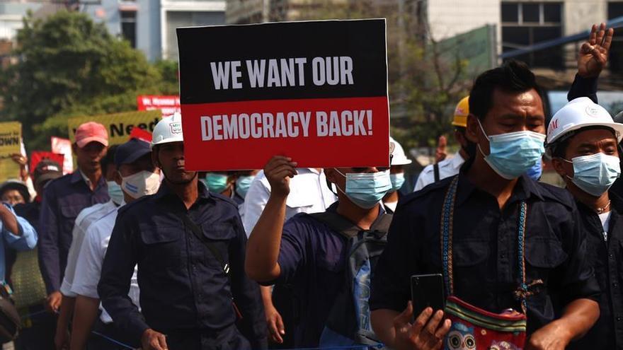 Al menos 10 fallecidos durante las protestas contra la junta militar birmana