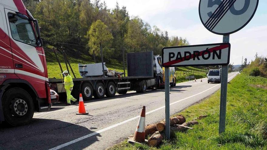 Un camionero asturiano pasa tres horas atrapado tras sufrir un vuelco en A Fonsagrada (Lugo)