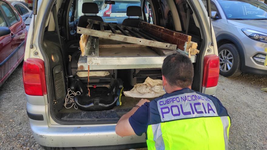 Los agentes inspeccionan el vehículo en el que se encuentra la puerta antiokupa